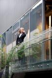 Mulher de negócios bonita no telefone Fotografia de Stock