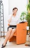 Mulher de negócios bonita no telefone imagem de stock
