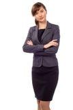Mulher de negócios bonita nova com o braço dobrado isolado Fotografia de Stock Royalty Free