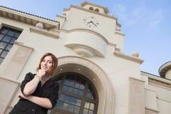 Mulher de negócios bonita nova Outside na frente da câmara municipal Fotos de Stock Royalty Free