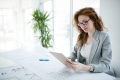Mulher de negócios bonita profissional que guarda a tabuleta imagens de stock royalty free
