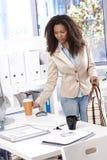 Mulher de negócios bonita que chega no escritório foto de stock