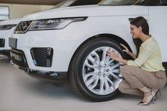 Mulher de negócios bonita que compra o automóvel novo imagem de stock