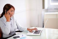 Mulher de negócios bonita que fala em seu telefone celular Imagens de Stock