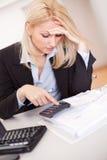 Mulher de negócios bonita que faz finanças Foto de Stock Royalty Free