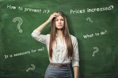 Mulher de negócios bonita que guarda a mão em sua testa e que pensa sobre problemas imagens de stock royalty free