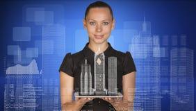 Mulher de negócios bonita que guarda o PC da tabuleta com Foto de Stock Royalty Free
