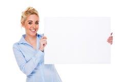 Mulher de negócios bonita que prende o cartão em branco fotografia de stock