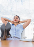 Mulher de negócios bonita que relaxa em seu escritório Imagens de Stock