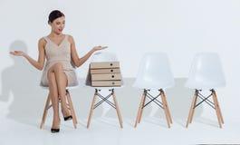 Mulher de negócios bonita que tem um assento com expectativas imagens de stock royalty free