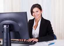 Mulher de negócios bonita que trabalha em seu computador Imagens de Stock