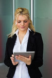 Mulher de negócios bonita que usa o PC da tabuleta foto de stock royalty free