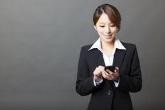 Mulher de negócios bonita que usa o telefone esperto Fotos de Stock Royalty Free