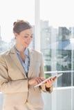 Mulher de negócios bonita que usa seu PC da tabuleta Fotografia de Stock