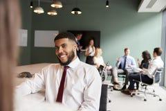 Mulher de negócios And Businessman Collaborating na tarefa junto no dia graduado da avaliação do recrutamento fotos de stock