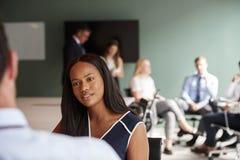 Mulher de negócios And Businessman Collaborating na tarefa junto no dia graduado da avaliação do recrutamento fotografia de stock royalty free