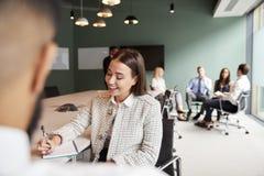Mulher de negócios And Businessman Collaborating na tarefa junto no dia graduado da avaliação do recrutamento foto de stock royalty free
