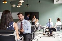 Mulher de negócios And Businessman Collaborating na tarefa junto no dia graduado da avaliação do recrutamento foto de stock