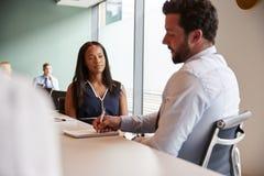 Mulher de negócios And Businessman Collaborating na tarefa junto no dia graduado da avaliação do recrutamento imagens de stock