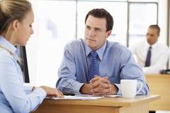 Mulher de negócios And Businessman Working na mesa junto imagens de stock