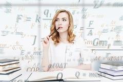 Mulher de negócios de cabelo vermelha pensativa, ciência Foto de Stock