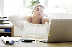 Mulher de negócios cansado que guarda sua nuca imagens de stock royalty free