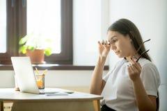 Mulher de negócios cansado que guarda vidros e que fricciona os olhos na casa fora fotos de stock royalty free