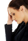Mulher de negócios cansado que toca em sua cabeça Foto de Stock