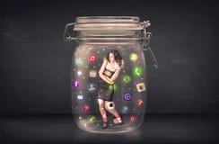 A mulher de negócios capturou em um frasco de vidro com ícones coloridos c do app Foto de Stock Royalty Free