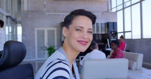 Mulher de negócios caucasiano bonita feliz que relaxa no escritório 4k filme