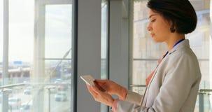 Mulher de negócios caucasiano nova bonita que usa o trabalho na tabuleta digital no escritório 4k filme