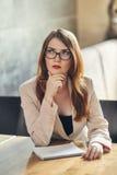 Mulher de negócios caucasiano nova com caderno Mulher nos vidros em um café Fotos de Stock Royalty Free