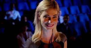 Mulher de negócios caucasiano nova que atende ao seminário do negócio no auditório 4k filme