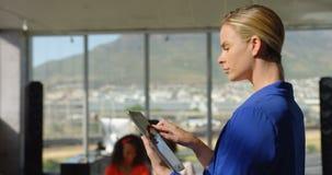 Mulher de negócios caucasiano que trabalha em um escritório moderno 4k video estoque
