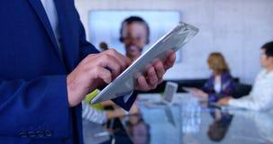 Mulher de negócios caucasiano que usa a tabuleta digital na sala de conferências no escritório moderno 4k vídeos de arquivo