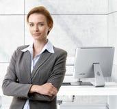 Mulher de negócios caucasiano segura na mesa de escritório fotos de stock royalty free