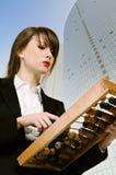 Mulher de negócios com ábaco de madeira imagens de stock