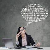 Mulher de negócios com ícones da Web Fotos de Stock