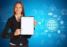 Mulher de negócios com ícones e mapa do mundo da nuvem Fotos de Stock Royalty Free