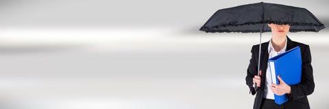 Mulher de negócios com arquivos e dobradores de terra arrendada do guarda-chuva imagens de stock