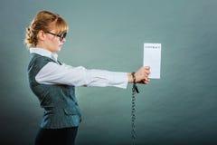 Mulher de negócios com as mãos acorrentadas que guardam o contrato Fotos de Stock Royalty Free