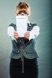 Mulher de negócios com as mãos acorrentadas que guardam o contrato Imagens de Stock