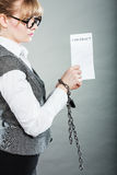 Mulher de negócios com as mãos acorrentadas que guardam o contrato Foto de Stock Royalty Free