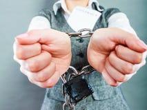 Mulher de negócios com as mãos acorrentadas que guardam o contrato Imagem de Stock