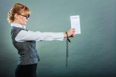 Mulher de negócios com as mãos acorrentadas que guardam o contrato Fotografia de Stock Royalty Free