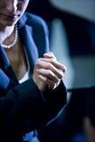 Mulher de negócios com as mãos clasped fotografia de stock