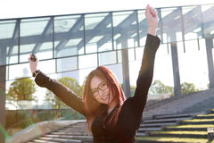 A mulher de negócios com braços Outstretched Imagem de Stock
