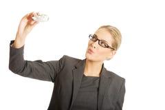 Mulher de negócios com brinquedo plano à disposição Fotografia de Stock Royalty Free