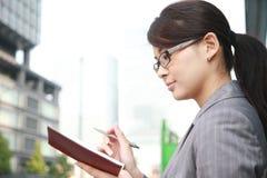 Mulher de negócios com caderno Fotos de Stock Royalty Free