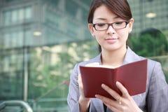 Mulher de negócios com caderno Imagem de Stock Royalty Free
